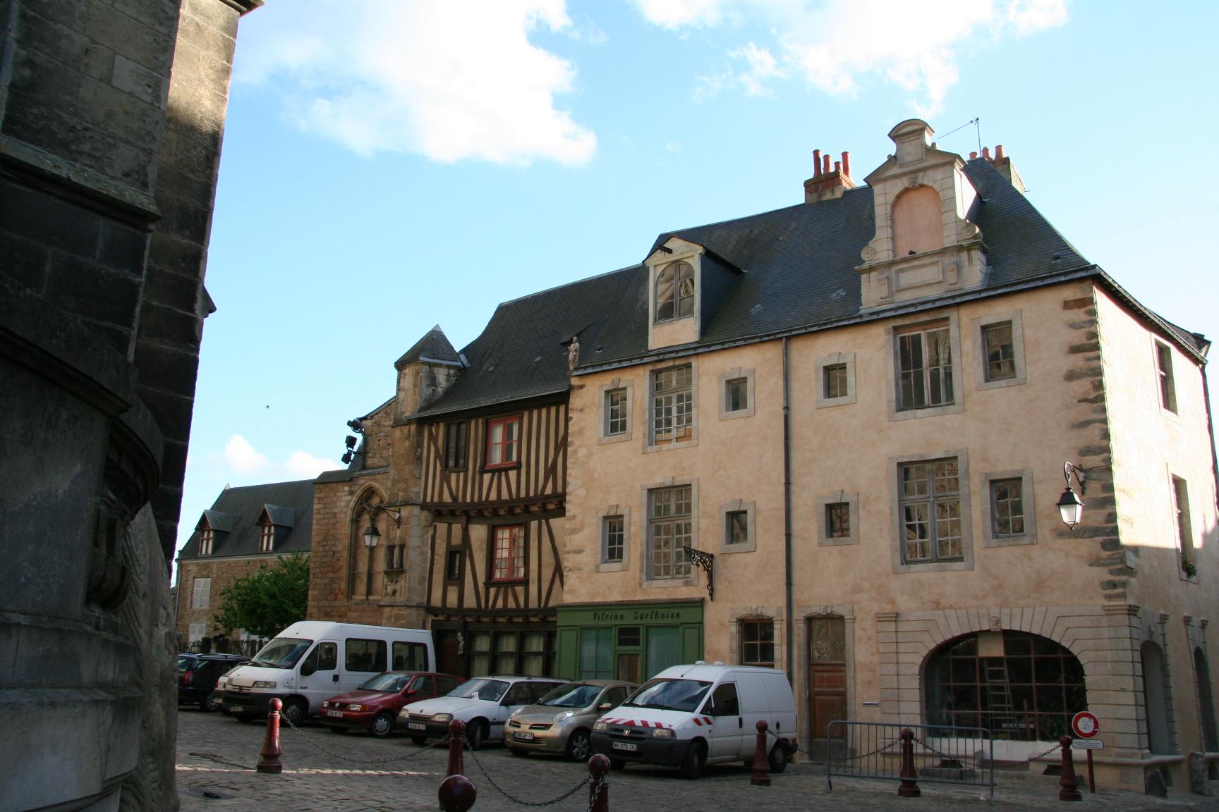 Le Vieux Mans en 2010 - Place Saint Michel - La maison des Ardents (Sylvie Leveau)