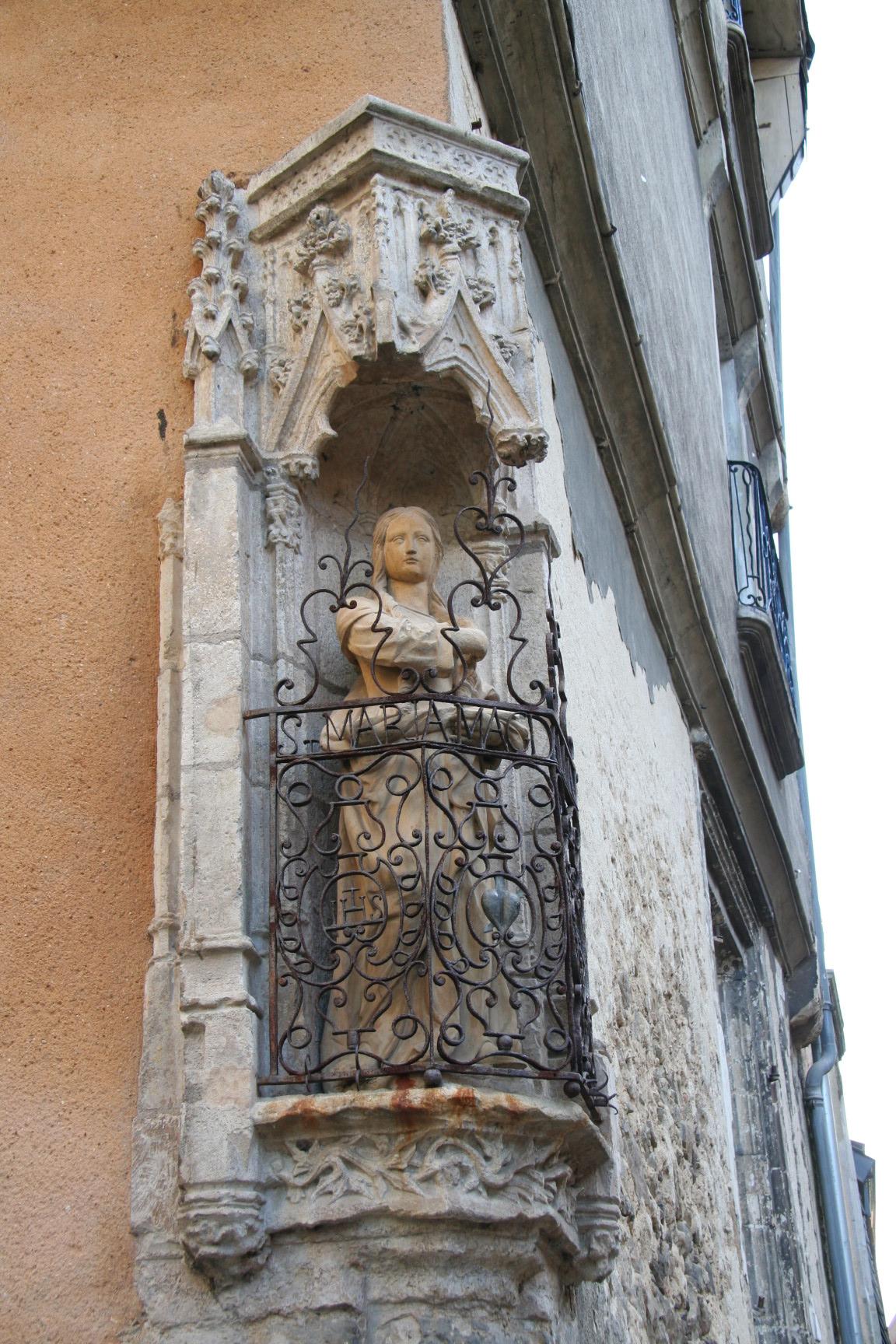 Le Vieux Mans en 2010 - Rue de Vaux et Rue du Bouquet - Statue de Sainte Madeleine (Sylvie Leveau)