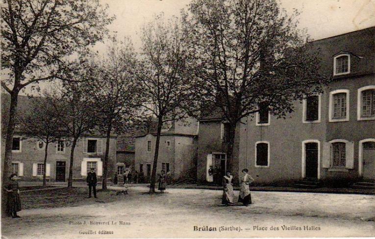 Brûlon - Place des Vieilles Halles 02