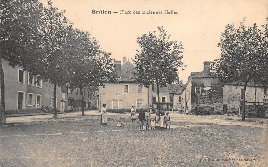 Brûlon - Place des anciennes Halles 01