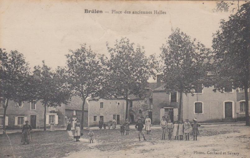 Brûlon - Place des anciennes Halles 02