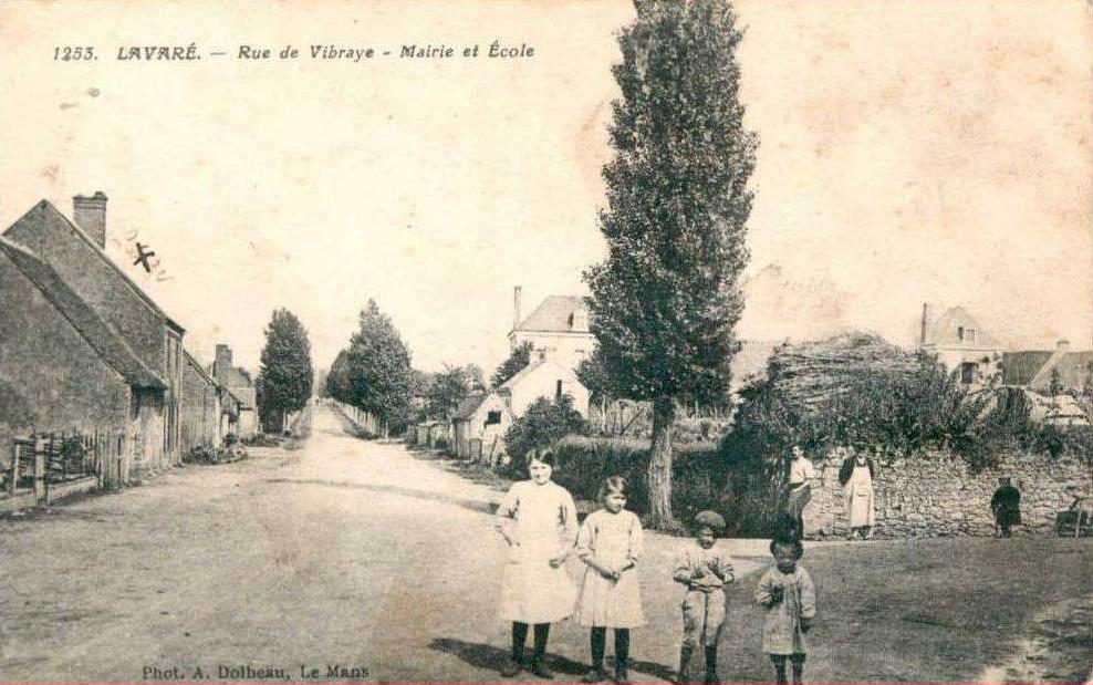 Lavaré - Rue de Vibraye - Mairie et Ecole