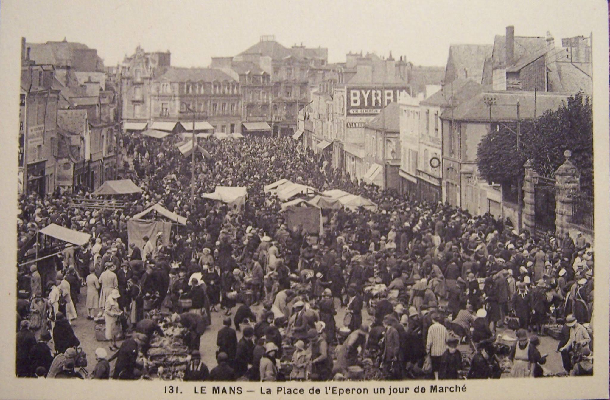 Le Mans - La Place de l'Eperon un jour de Marché