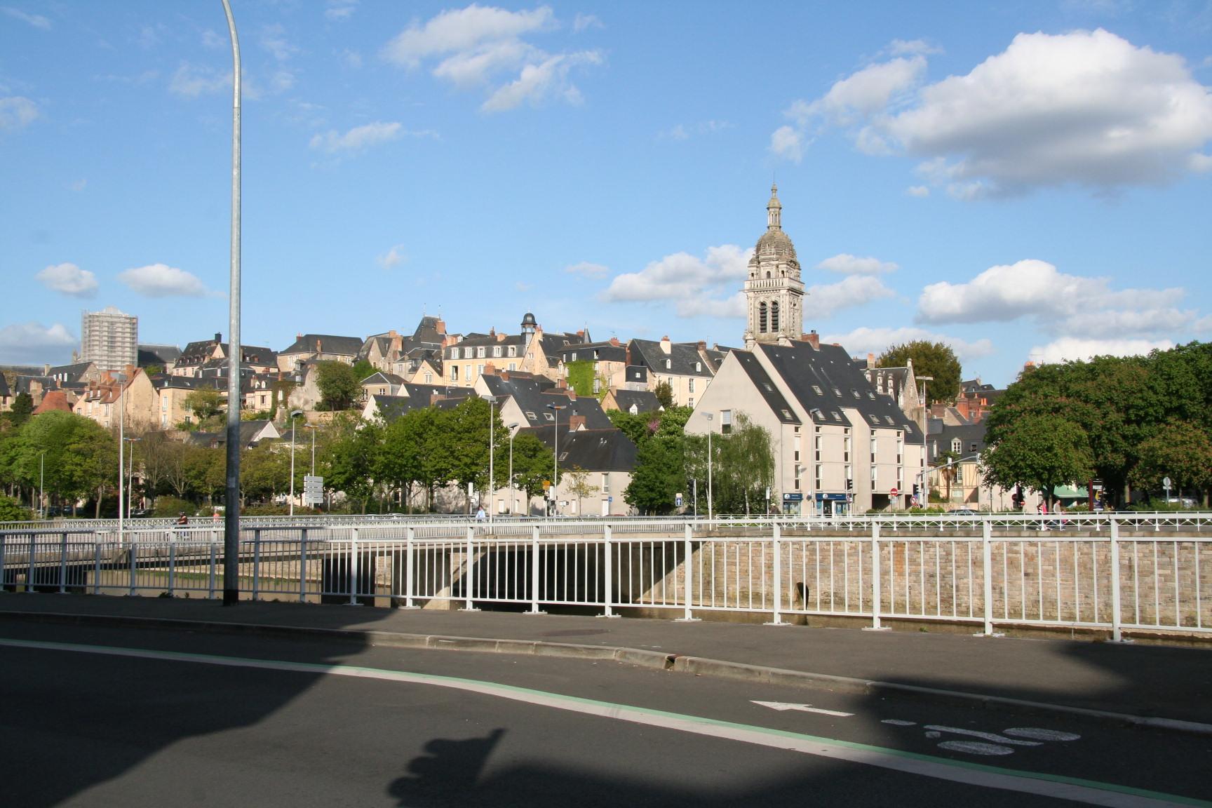 Le Mans en 2010 - Quai Ledru Rollin - Vue sur l'église Saint Benoit (Sylvie Leveau)