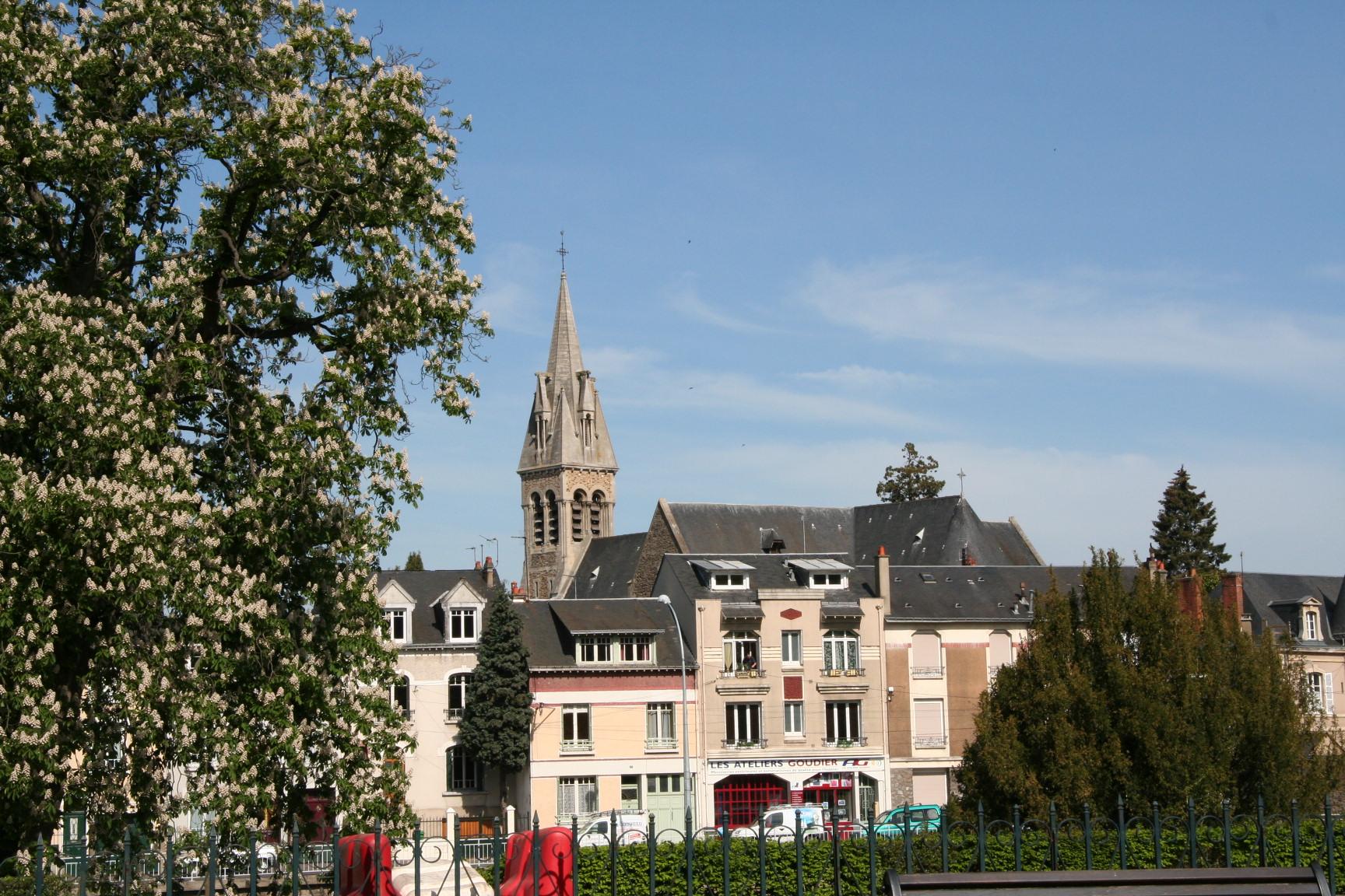 Le Mans en 2010 - Quai Louis Blanc - Vue sur l'église Notre-Dame du Pré 02 (Sylvie Leveau)