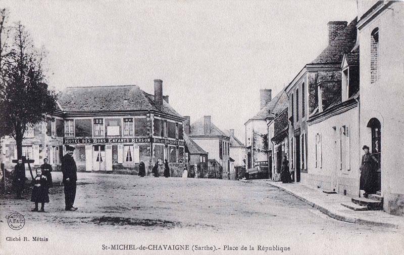 Saint Michel de Chavaignes - Place de la République