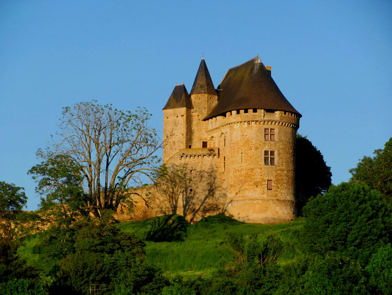 Ballon - Le château est mentionné dès le début du XIème siècle - Il aurait été construit par Guillaume Ier de Bellême afin de servir de point d'appui contre la famille des comtes du Maine (Source Internet, Mv287)