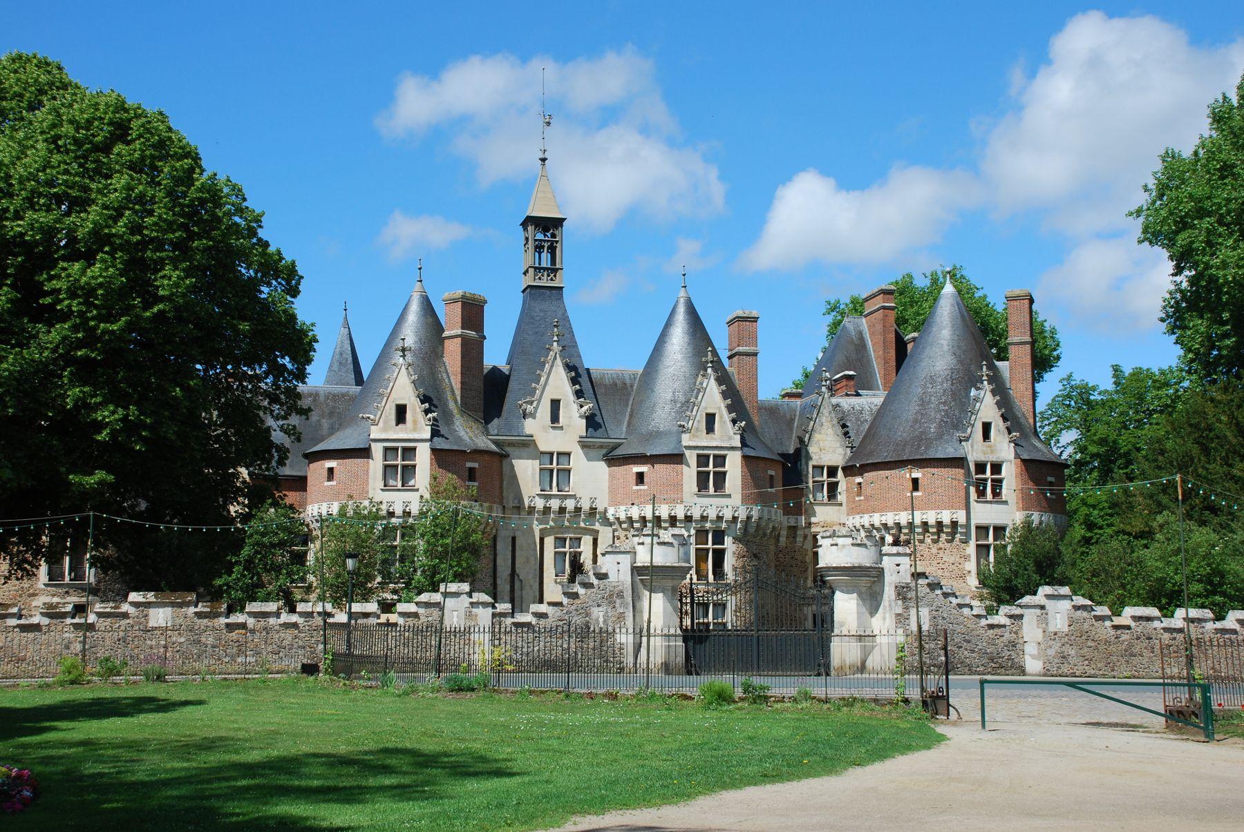 Bonnétable - Le château est une demeure seigneurale édifiée en 1479 - Cette résidence domaniale remplace une forteresse élevée au XIème siècle (Source Internet, www.all-free-photos.com)