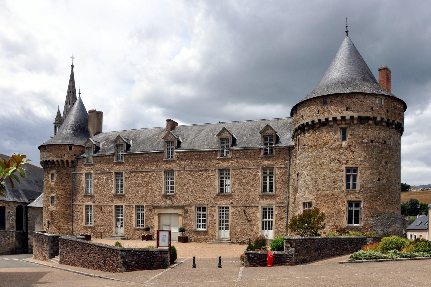 Sillé le Guillaume - Le château fort originel a été bâti au cours du XIème siècle - Il est composé de quatre tours dont un donjon de taille imposante ainsi que d'un logis (Source Internet, www.all-free-photos.com)