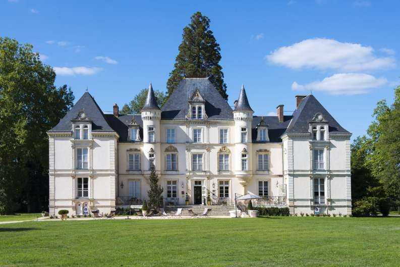 Yvré l'Evêque - Ce château est un ancien relais de chasse du XIIème siècle - La Ragotterie tire son nom du jeune sanglier, le ragot (Source Internet, www.lemans-countryclub.com)