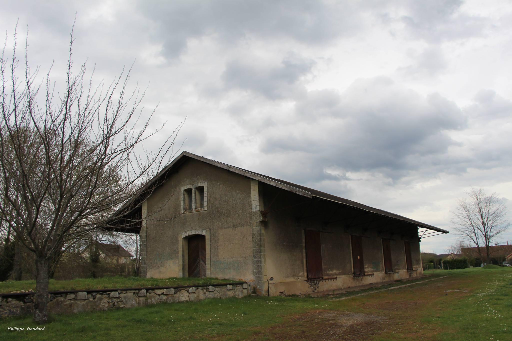 Malicorne sur Sarthe - La gare de marchandises et juste en face se trouve un atelier de potier - Au début du XXème siècle, les poteries de Malicorne partaient souvent via le train (Philippe Gondard)