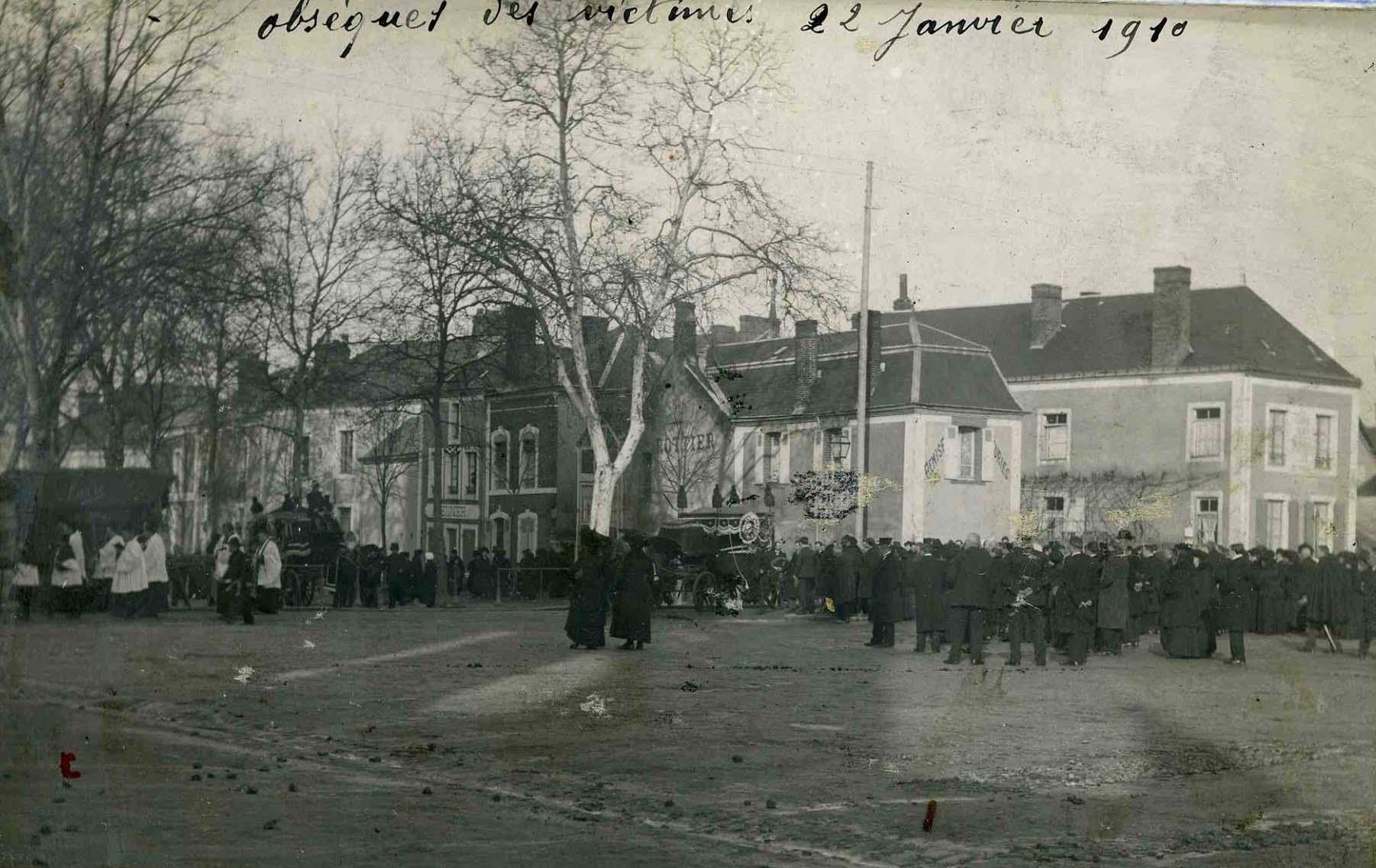 Mamers - Accident du tramway à vapeur le 20 janvier 1910 - Obsèques des victimes le 22 janvier 1910 (Michèle Ligot Robinet)