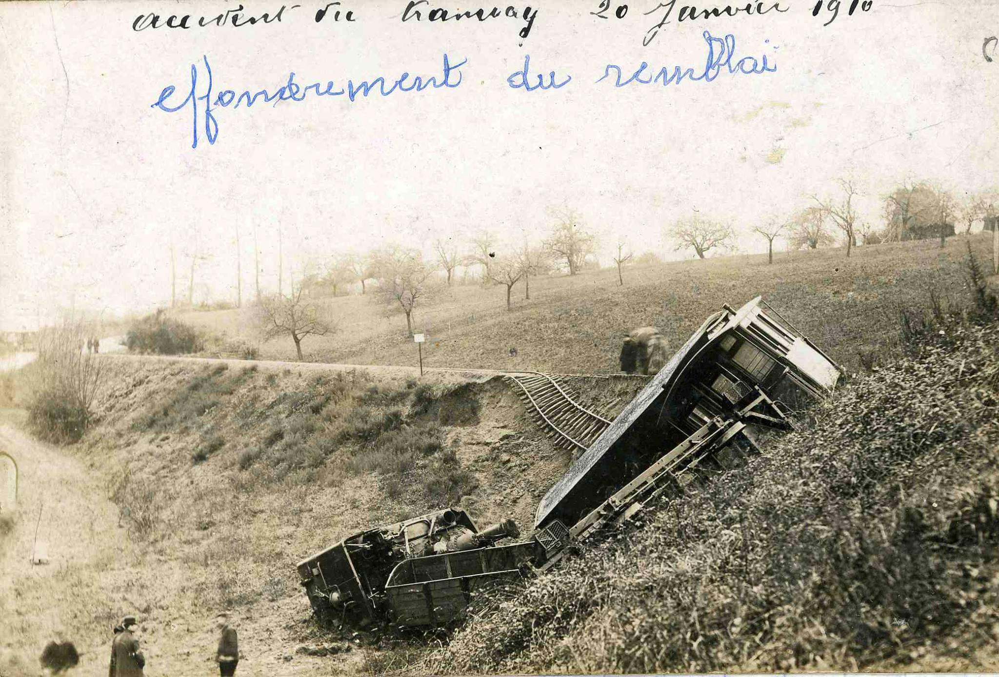 Mamers - Accident du tramway à vapeur le 20 janvier 1910 - Vue de côté (Michèle Ligot Robinet)