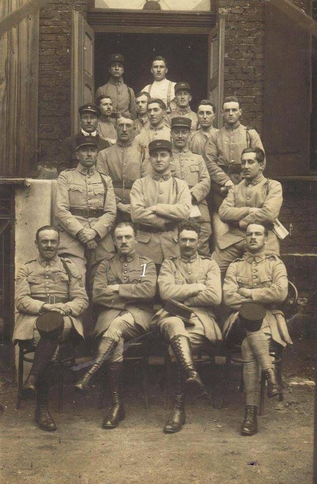 Militaires - Soldats - PIERCON Léon au 1er rang le 2nd à gauche - Occupation de la Rhur par un groupe d'officiers du 117ème RI - 1923 (Françoise Lebreton)