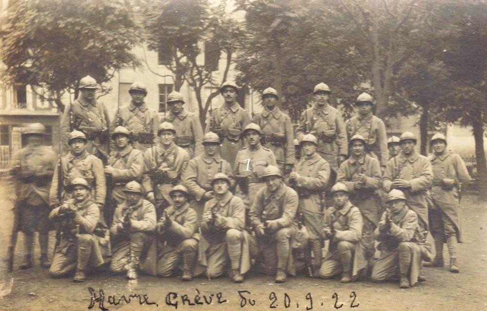 Militaires - Soldats - PIERCON Léon au 2nd rang le 6ème à gauche - Mon grand père - Grève au Havre - 1922 (Françoise Lebreton)