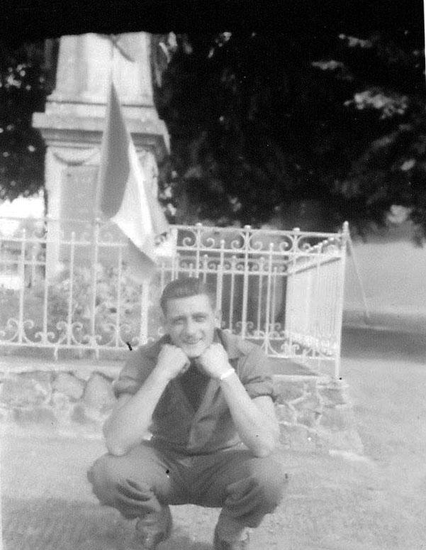 Parigné l'Evêque - Militaires - Soldats - Un américain devant le monument aux morts lors de la libération (André Beaumard)