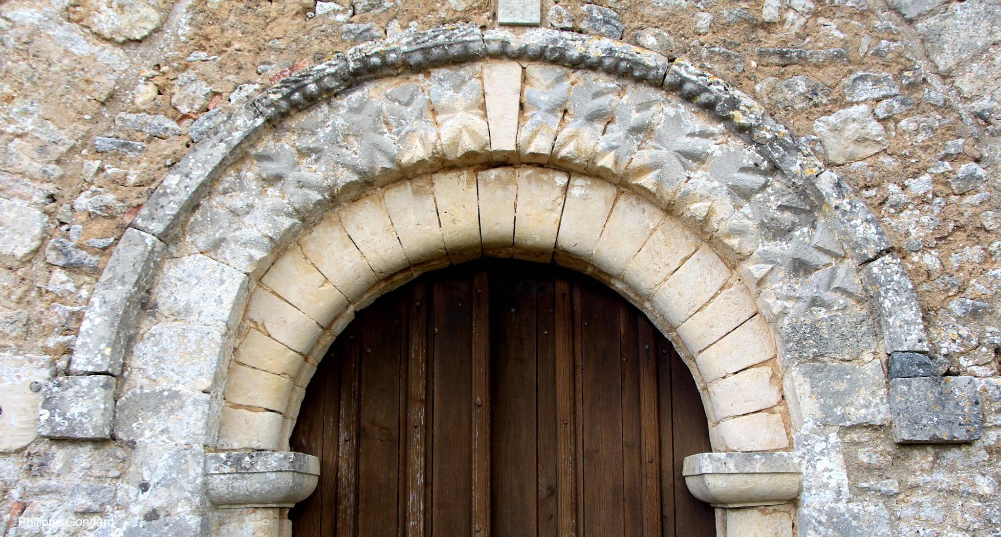 Conlie - Chapelle Saint Hilaire et Saint Eutrope de Verniette 06 - Le portail à dents de scie qui n'est sûrement pas du XIIIème siècle (Philippe Gondard)