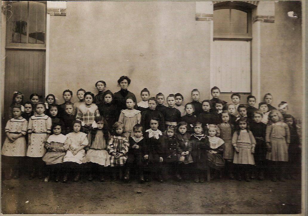 Beillé - Groupes - Photos de classe - AUBIER Yvonne au 1er rang la 5ème à gauche - Vers 1913 - Vue 0& (Véronique Serve-Catelin)