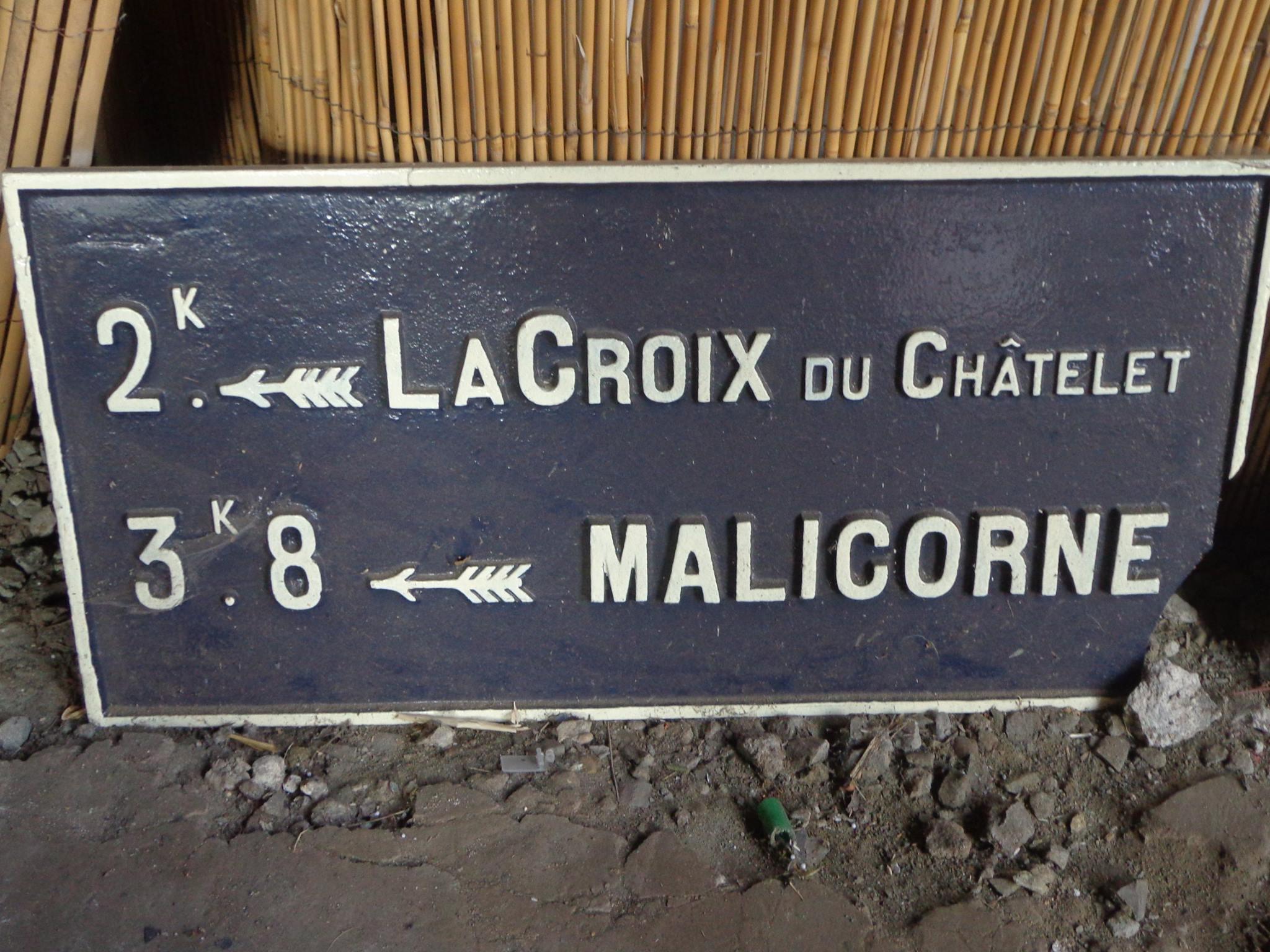 Arthezé, rue des Lilas - Plaque de cocher - La Croix du Châtelet - Malicorne (Marie-Yvonne Mersanne)
