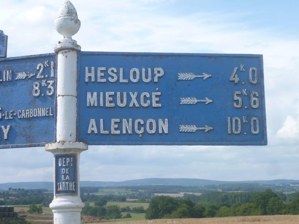 Moulins le Carbonnel, au croisement entre La Tonnelière et La Bigre - Plaque de cocher - Hesloup - Mieuxcé - Alençon (Gwéna Tireau)