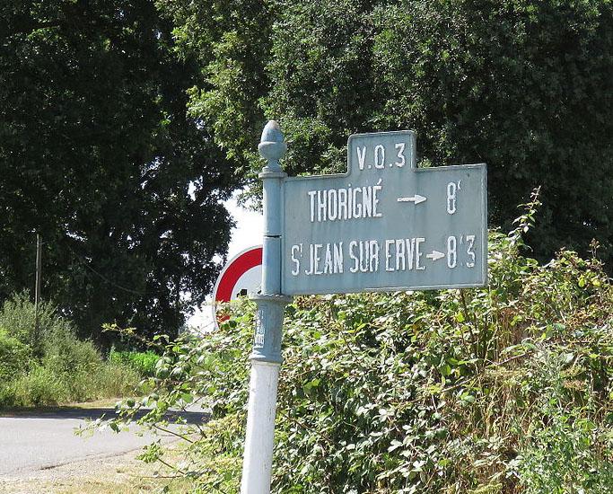 Saint Denis d'Orques, au sud ouest du bourg sur la D107 - Plaque de cocher - Thorigné - Saint Jean sur Erve (Source Internet, Yodaspirine)