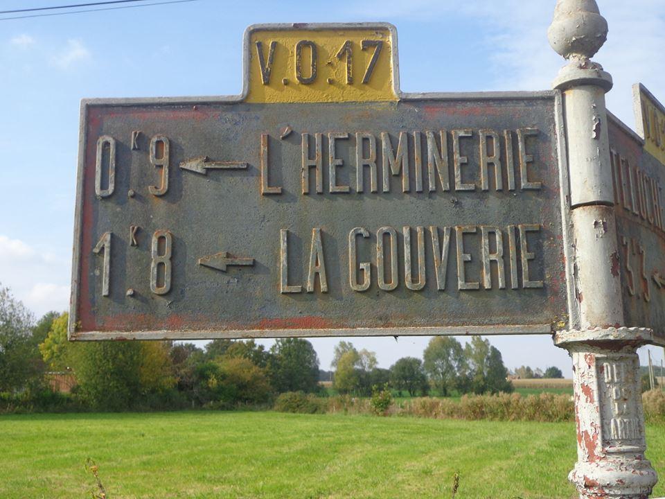 Teloché, à l'est de la route de la Mare - Plaque de cocher - L'Herminerie - La Gouverie (Marie-Yvonne Mersanne)