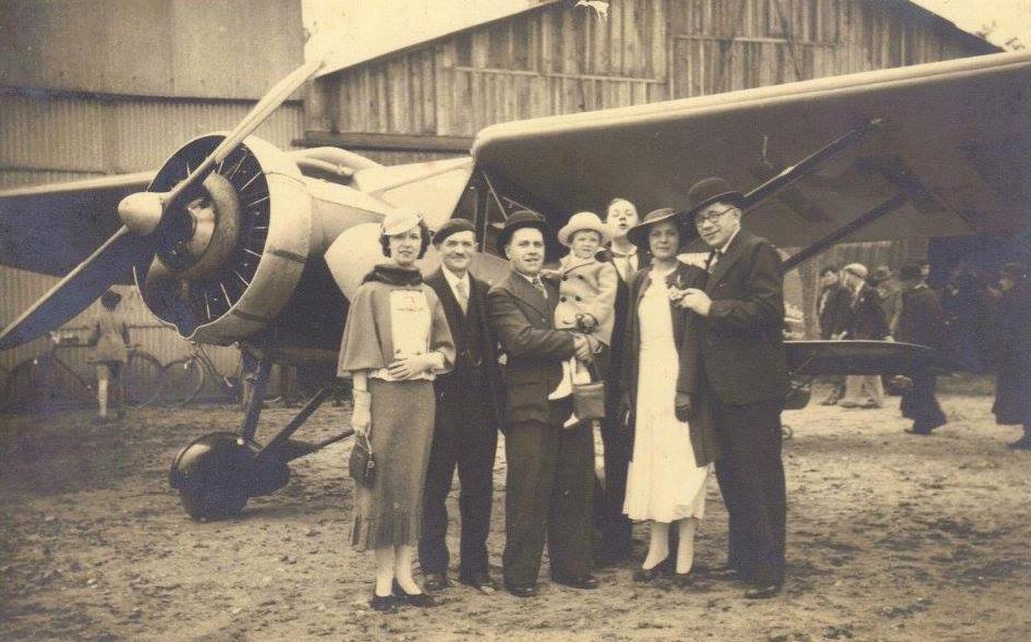 Le Mans - Inauguration de l'aérodrome des Raineries vers 1933 avec la présence mes grands oncles, André PAJEAN à droite et Jean PIERCON au centre, tenant sa fille Monique dans ses bras (Françoise Lebreton)