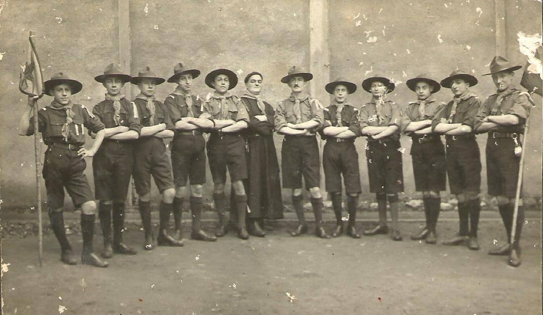 Le Mans - Groupes - Colonies et scouts - RICHARD Francisque, Jean, Joseph chez les scouts, à gauche du curé - Vers 1920 - Vue 01 (Philippe Richard)