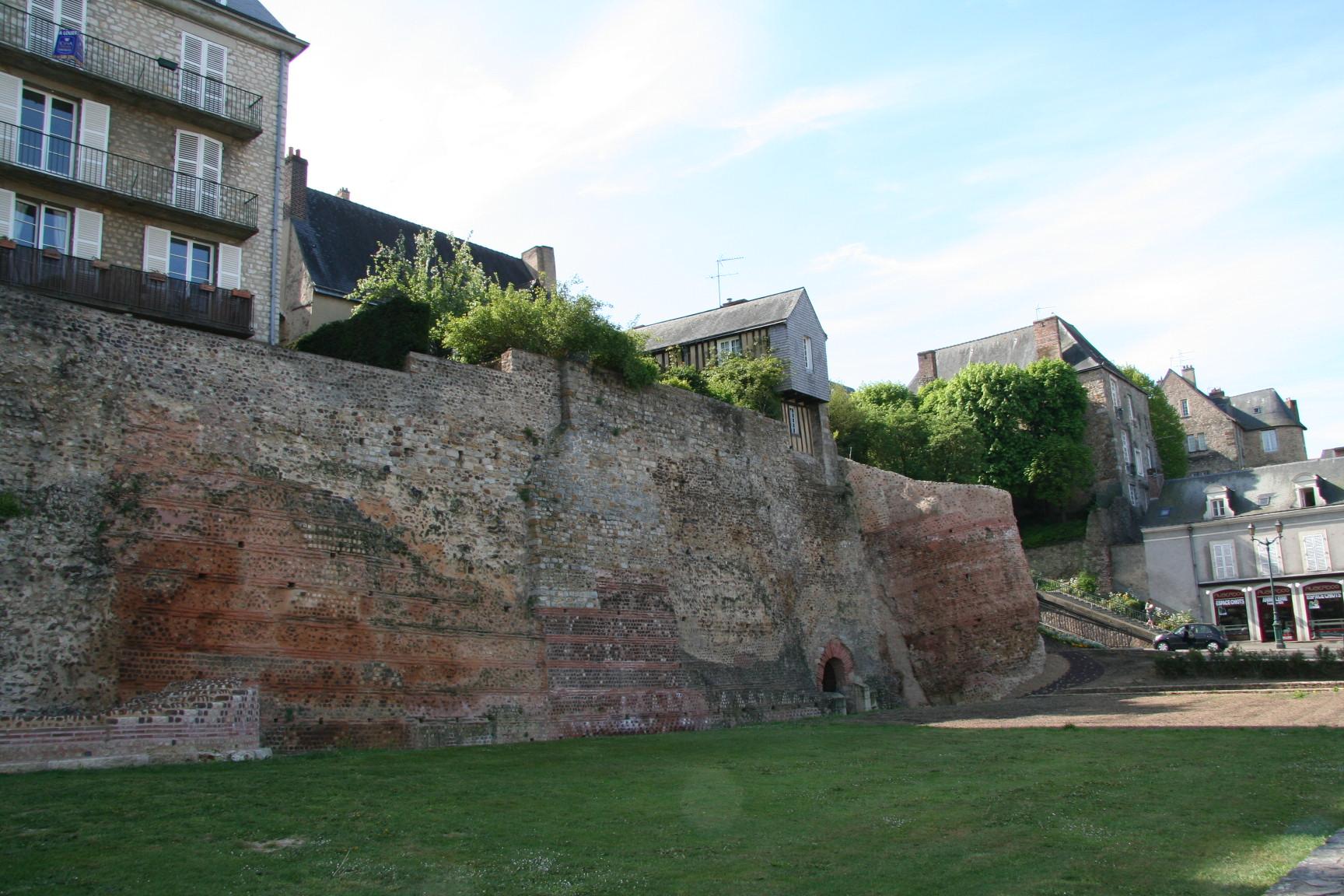 Le Vieux Mans en 2010 - L'enceinte romaine - Muraille 04 - Rue Denfert Rochereau - Tour de Hueau et Tour du tunnel (Sylvie Leveau)