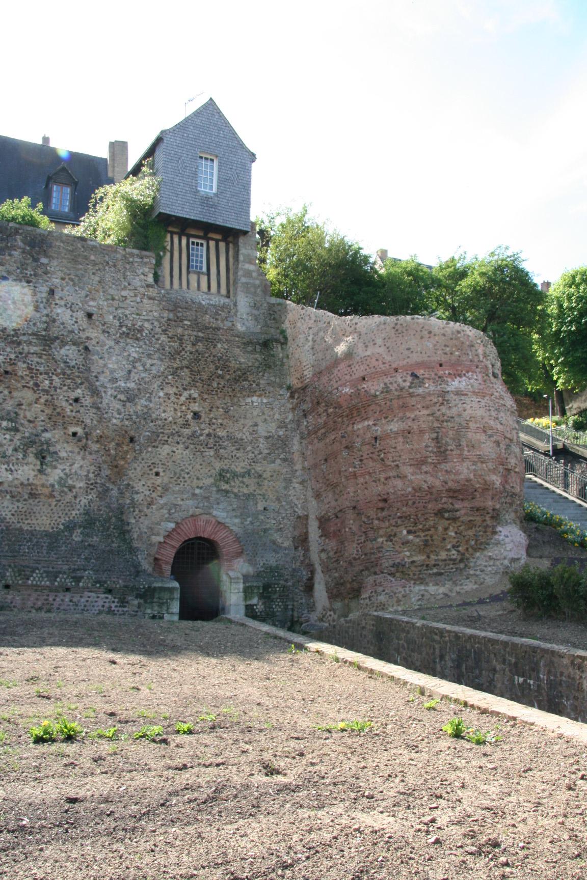 Le Vieux Mans en 2010 - L'enceinte romaine - Muraille 05 - Rue Denfert Rochereau - Tour du tunnel (Sylvie Leveau)
