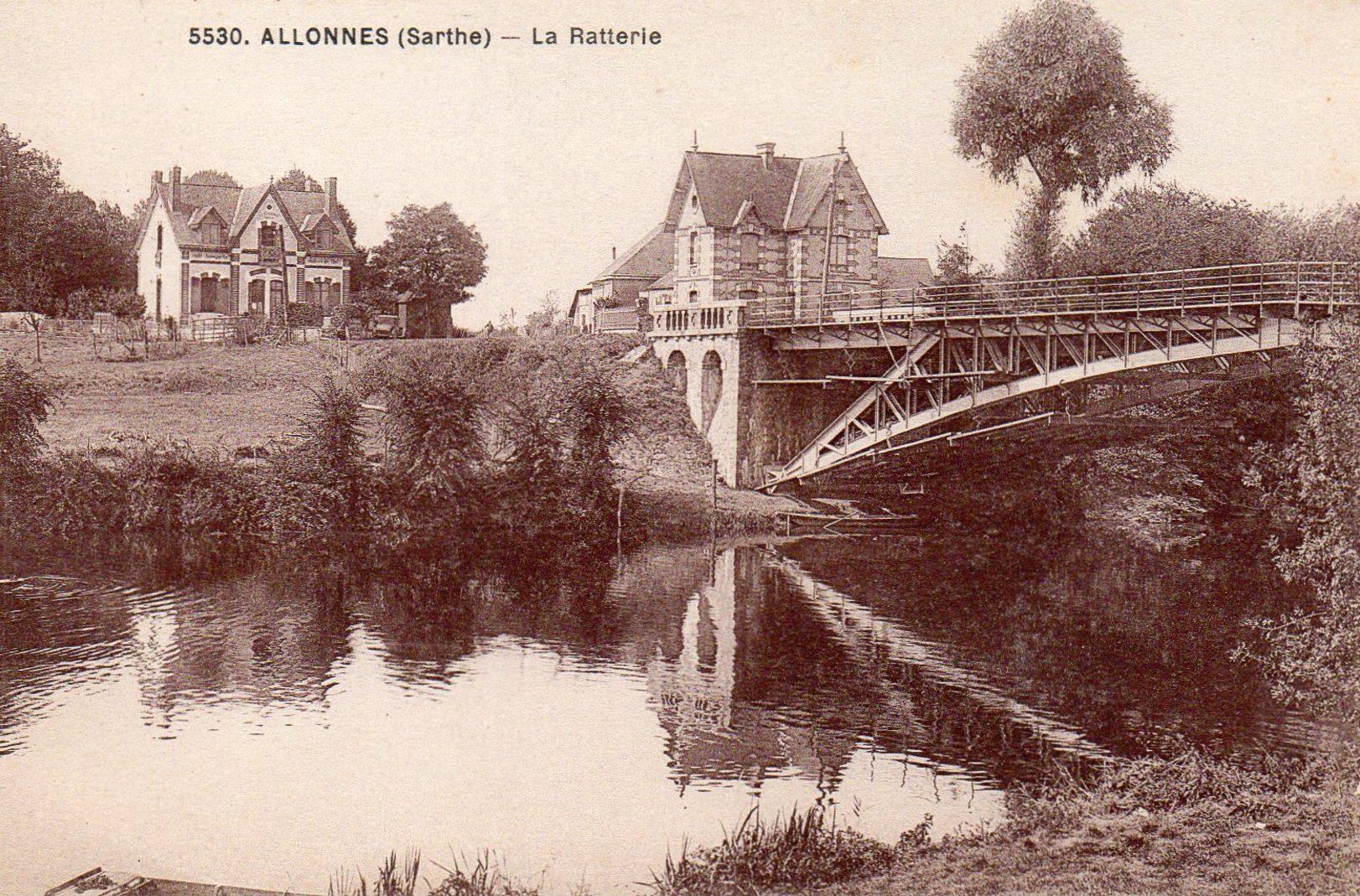 Allonnes - Ce pont pour le tramway était le jumeau de celui qui existe toujours à Fillé - Celui de la Raterie a été détruit en 1944 et sera remplacé quelques années plus tard par le pont dit « Arc en ciel » (Philippe Gondard)