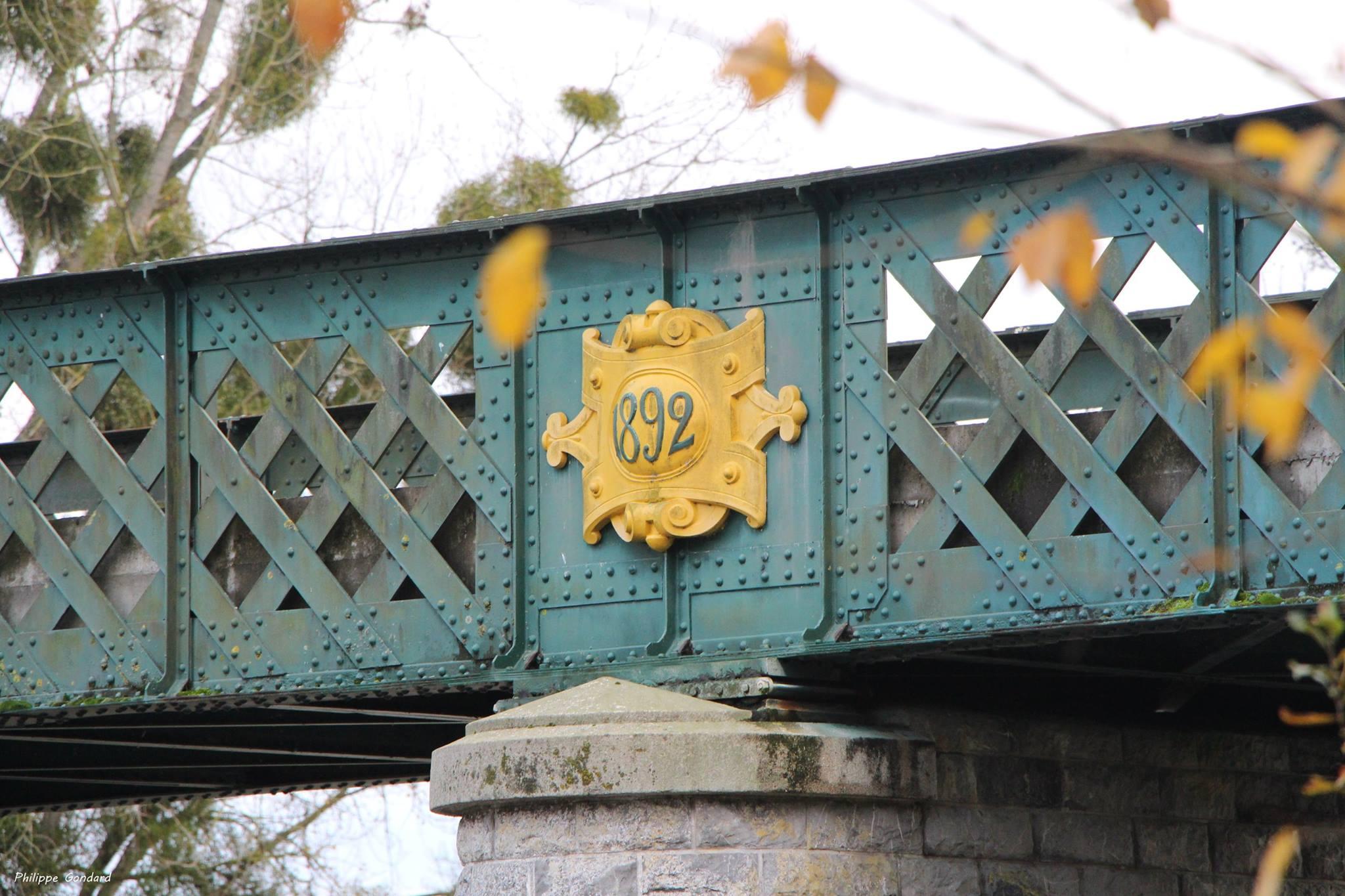 Fercé sur Sarthe - La construction du pont en fer de type « Eiffel » sur la rivière la Sarthe en 1892 met la ville de La Suze à 5 km de Fercé sur Sarthe (Philippe Gondard)