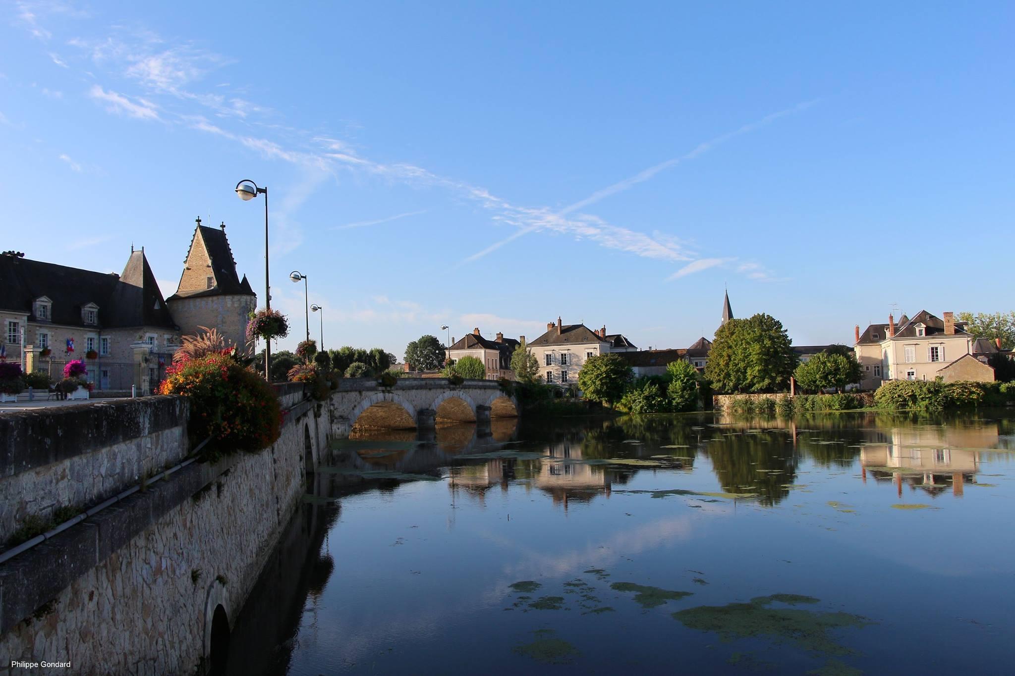 La Flèche - Le pont sur le Loir - A gauche, l'ancien château de La Flèche qui contrôlait le passage sur la rivière - Au premier plan, le port Luneau d'où partirent les migrants qui fondèrent Montréal, Québec, Canada (Philippe Gondard)
