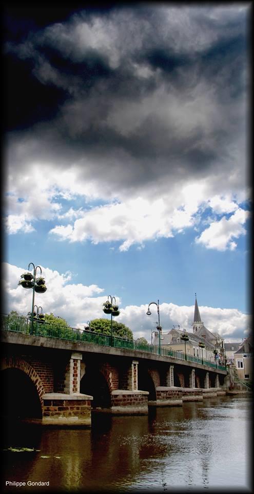 La Suze sur Sarthe - Au moyen-âge, c'est le seul sur la Sarthe entre Le Mans et Sablé - Reconstruit sous Henri IV et élargi au XIXème siècle (Philippe Gondard)