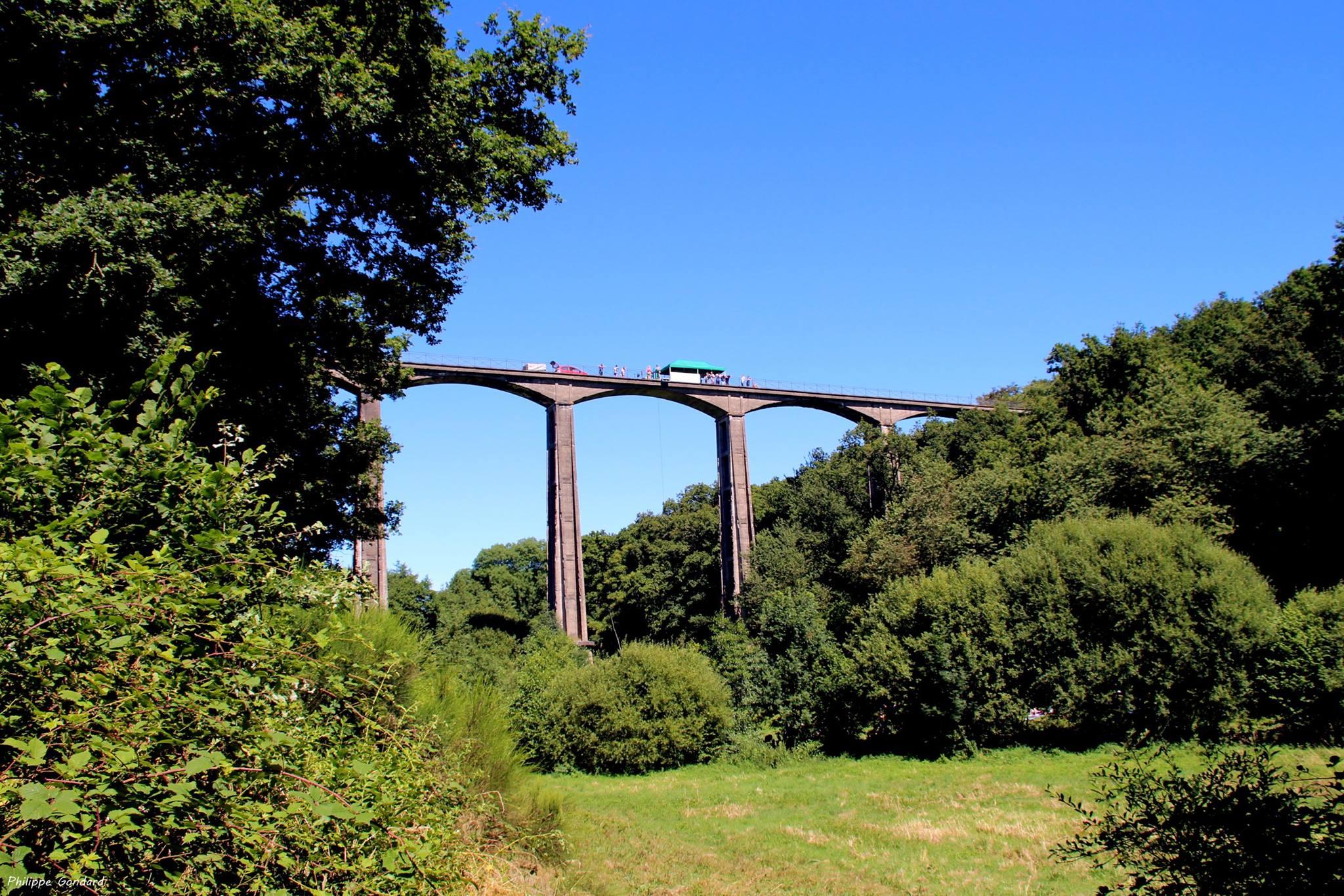 Saint Georges le Gaultier - Ce viaduc n'a jamais servi puisque les travaux de la ligne ferroviaire ont commencé en 1913 et que le projet a été stoppé par la Première Guerre Mondiale (Philippe Gondard)