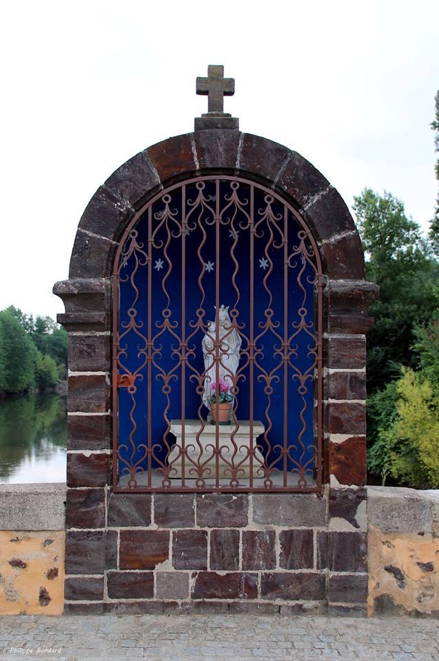 Saint Marceau - La particularité de ce pont est d'avoir en son milieu un petit oratoire dédiée à la Vierge Marie (Philippe Gondard)