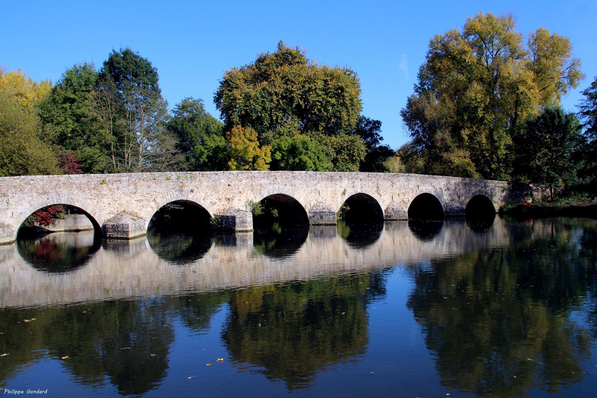 Yvré l'Evêque - La présence d'un pont est attestée dès le IXème siècle lors de la translation des reliques de Saint Liboire - Il a été fortement restauré au XIXème siècle (Philippe Gondard)