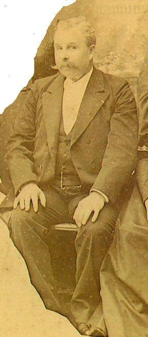 Portraits - ROBERT Emmanuel, Gustave, Louis - Né le 5 septembre 1850 à Mézeray - Décéde après 1906 - Mon arrière grand père, bourrelier puis gardien au musée de l'Artillerie et costumier aux Invalides (Nicole Monville Scotte)