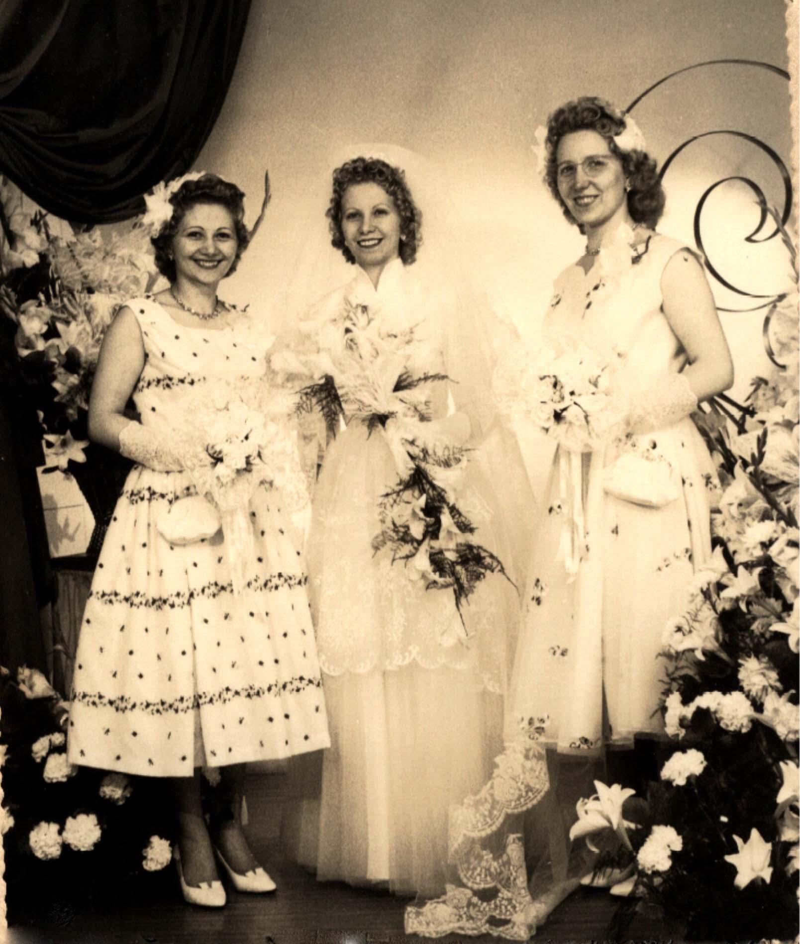 Couples et familles - BOULAY Denise à gauche - BOULAY Rolande au centre - BOULAY Juliette, Eugénie, Renée à droite - Mes tantes et ma mère - 1959 (Sylvie Leveau)