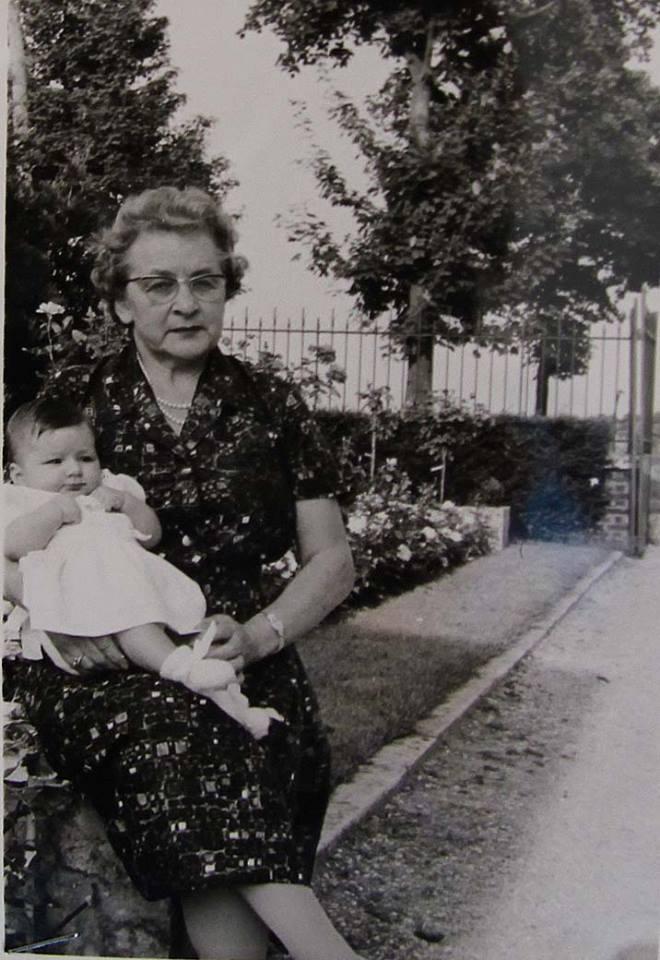 Couples et familles - DORE Berthe, Marie épouse LEVEAU Gustave, Louis - LEVEAU Sylvie - Ma grand mère et moi - 1962 (Sylvie Leveau)