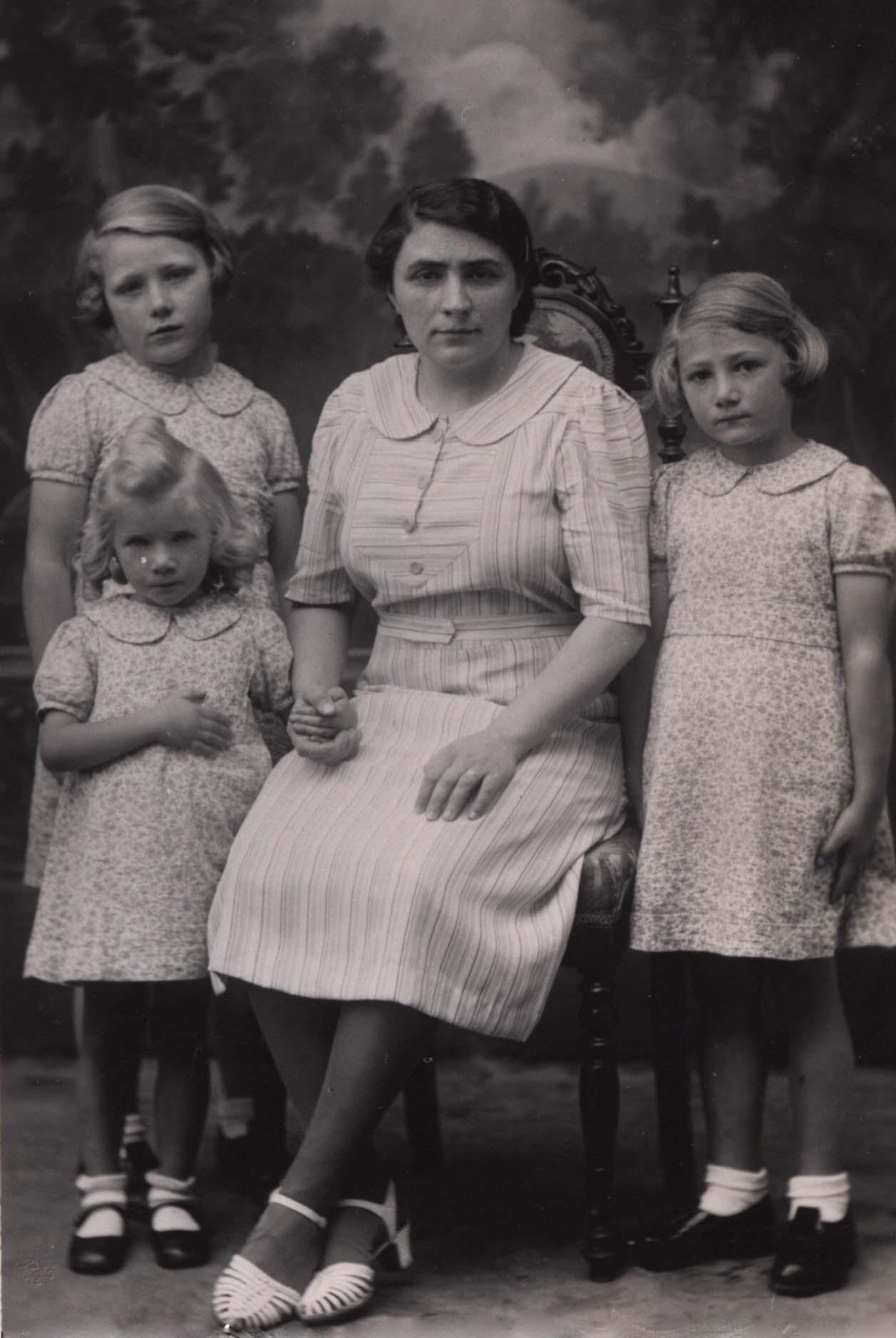 Couples et familles - DREUX Juliette, Joséphine épouse BOULAY Eugène, Alexandre au centre - BOULAY Juliette, Eugénie, Renée sa fille aînée et BOULAY Rolande sa benjamine à gauche - BOULAY Denise sa cadette à droite - 1941 (Sylvie Leveau)