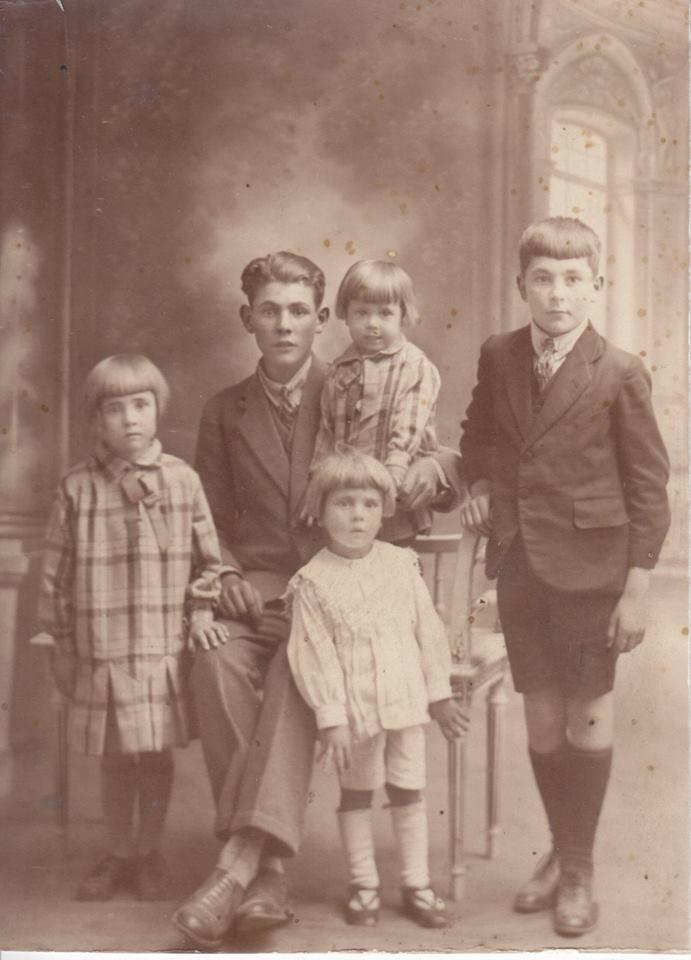 Couples et familles - Inconnus - La jeune fille du haut entre les 2 jeunes hommes serait LIBERCIER Odette (Jean-Yves Magnant)