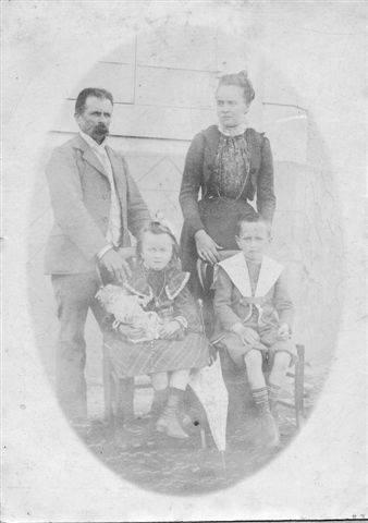 Le Grand Lucé - Couples et familles - VÉRITÉ René et BLANCHET Octavie, les parents - VÉRITÉ Suzanne à gauche - VÉRITÉ Armand à droite - 1898 (Christophe Menu dit Tahiti)
