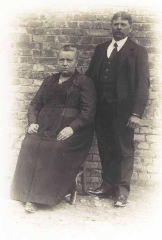 Requeil - Couples et familles - TOUCHARD Louis, Adrien et TAILLEBOIS Henriette - Vers 1923 (Philippe Berrier)