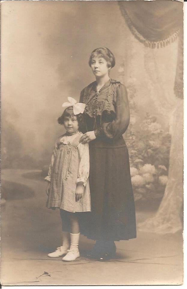Rouessé Vassé - Couples et familles - PELTIER Augustine épouse DESALAY Edouard, la mère - DESALAY Suzanne - Mon arrière grand mère et ma grande tante - Vers 1911 - Vue 01 (Sabrina Charles)