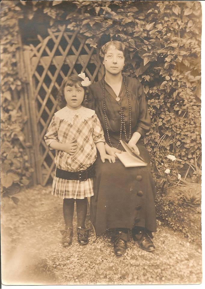 Rouessé Vassé - Couples et familles - PELTIER Augustine épouse DESALAY Edouard, la mère - DESALAY Suzanne - Mon arrière grand mère et ma grande tante - Vers 1911 - Vue 02 (Sabrina Charles)