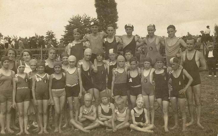 Le Mans - Groupes - Loisirs et sports - PIERCON Jane la 2nde à gauche - Les bains - 1931 (Françoise Lebreton)