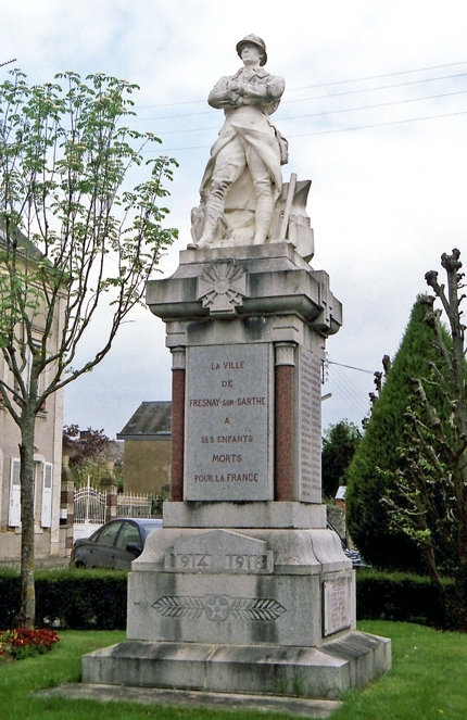 Fresnay sur Sarthe - Monument commémoratif - A ses enfants morts pour la France 1914-1918 (Archives départementales de la Sarthe, 2 O 140-9)