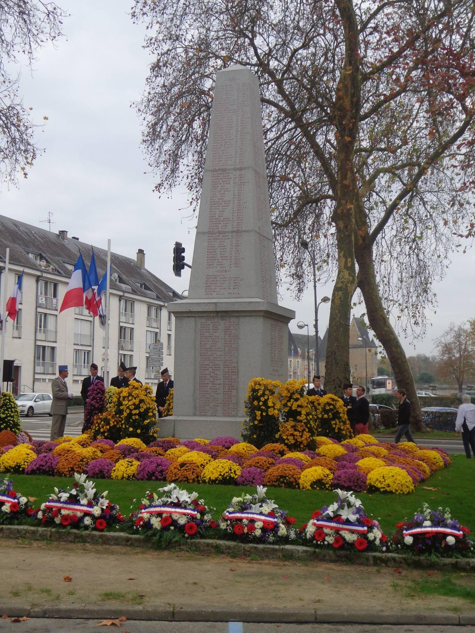 La Flèche - Monument commémoratif - Aux enfants de La Flèche morts pour la France 1914-1918 et 1939-1945 - Face Est - Vue 01 (Marie-Yvonne Mersanne)