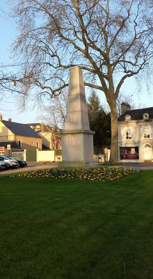 La Flèche - Monument commémoratif - Aux enfants de La Flèche morts pour la France 1914-1918 et 1939-1945 - Face Sud - Vue 01 (Michel Mimitontonparrain)
